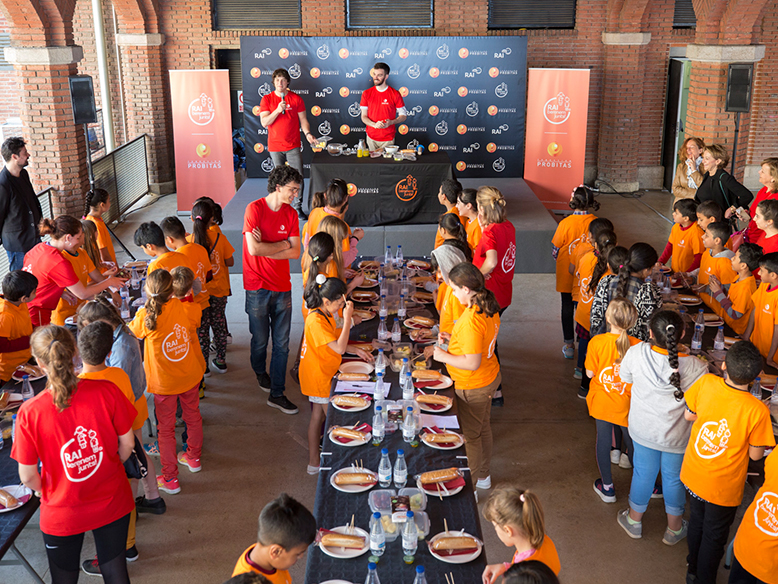 Albert Adrià and Jordi Cruz hold a workshop on how to prepare a healthy snack with children from Raval and Hospitalet